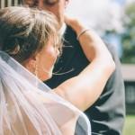 Jak naturalnie pozować do fotografii ślubnej?