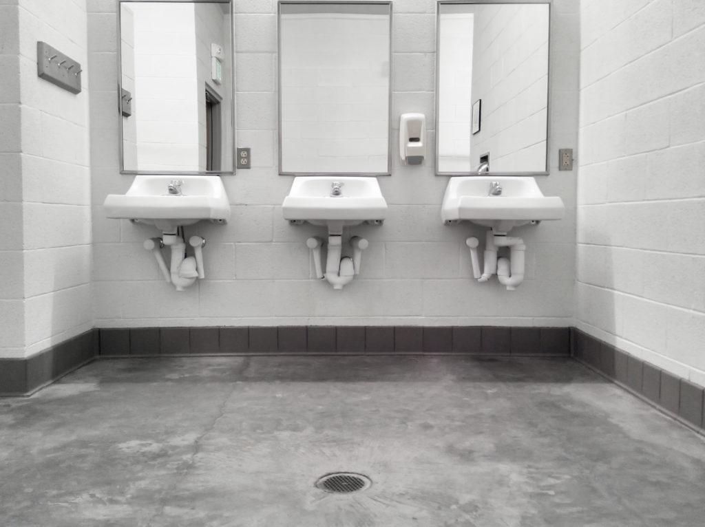 umywalki w publicznej toalecie